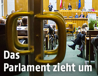 Türe in den Plenaraal des Parlaments