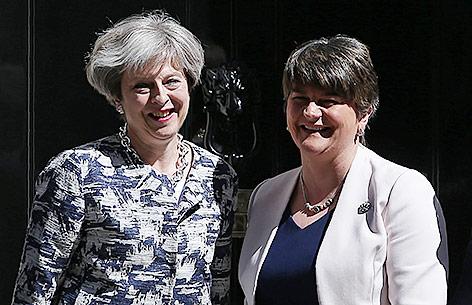 Großbritanniens Premierministerin Theresa May und DUP-Chefin Arlene Foster