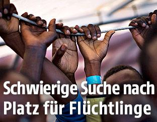 Hände von Flüchtlingen