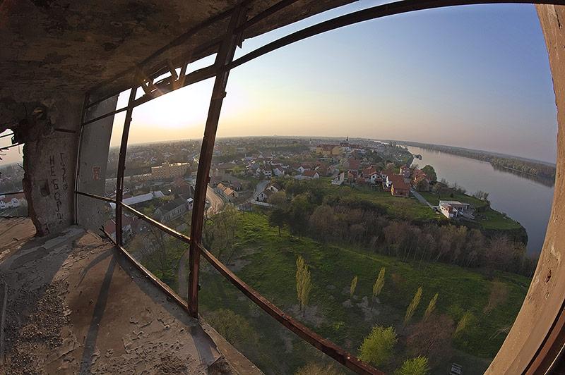 Blick aus dem durch den Krieg zerstörten Wasserturm auf Vukova am Donauufer