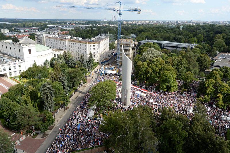 Polen stemmen sich gegen Justizreformen