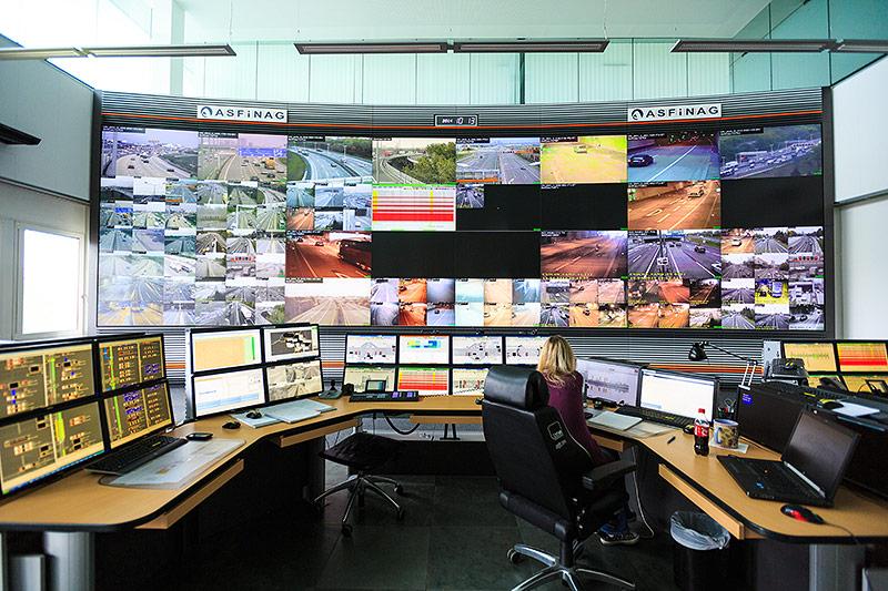 Monitore in der ASFINAG Zentrale zeigen überwachte Straßen