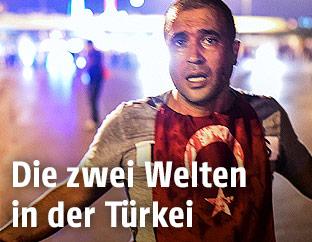 Archivbild, Juli 2016: Ein Verletzter mit Türkei-Fahne um den Hals auf der Bosporus-Brücke