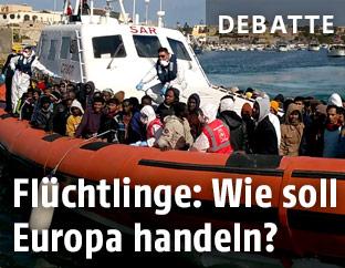 Boot der italienischen Küstenwache mit Flüchtlingen