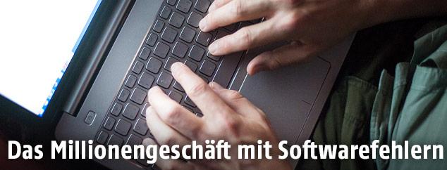 Mann arbeitet auf einem Laptop