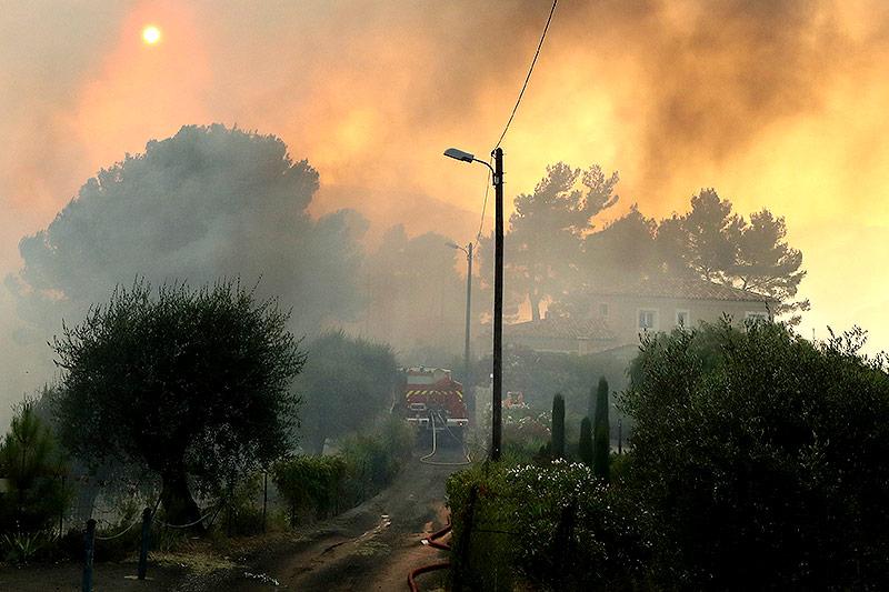 Flammen vor einem Haus