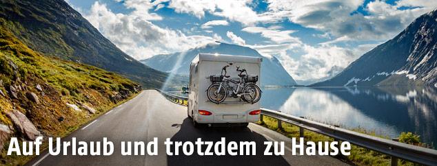 Campingbus auf einer Bergstraße