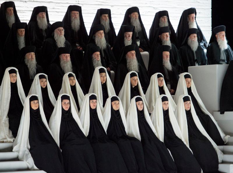 Priesterinnen und Priester in Schwarz-Weißen Gewändern