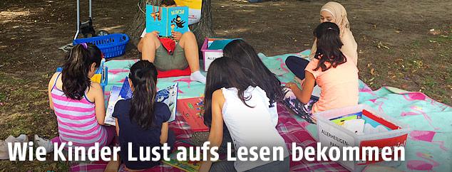 Lesende Kinder im Park