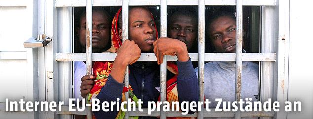 Eingesperrte Migranten in einem libyschen Flüchtlingslager