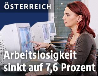 Jobsuchende vor einem Monitor