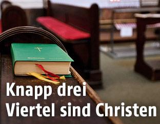 Gebetsbuch auf einer Kirchenbank