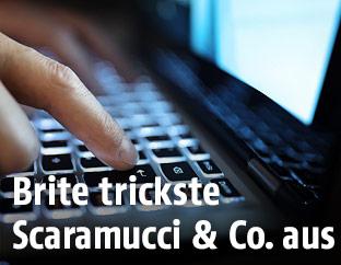 Mann schreibt auf Tastatur