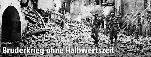 Indische Soldaten und zerstörte Gebäude 1947 in der Stadt Amritsar