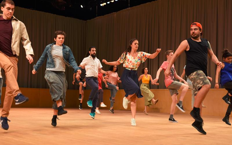 Tanzende Darsteller im Stück Kasimir und Karoline