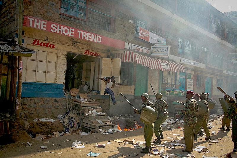 Während gewalttätiger Ausschreitungen nach der Wahl in Kenia 2007 läuft ein Plünderer im Mathare-Slum in Nairobi in die Arme der Polizei