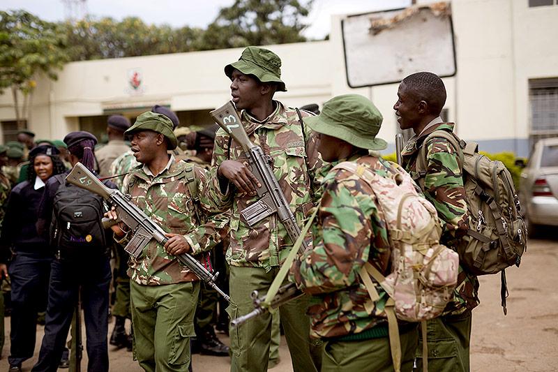 Kenianische Soldaten erhalten vor einem Wahllokal in Nairobi Instruktionen