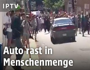 Auto rast in Menschenmenge