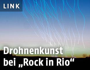 Farbstreifen im Himmel durch Langzeitbelichtung von fliegenden Drohnen