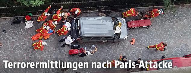 Sicherheitskräfte bei einem Auto in Paris
