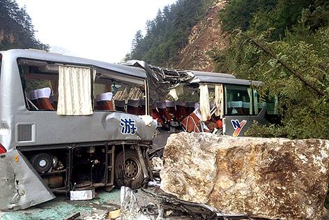 Ein nach einem Erdbeben von einem Feldblock getroffener Bus