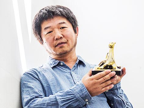 Wang Bing mit der Auszeichnung