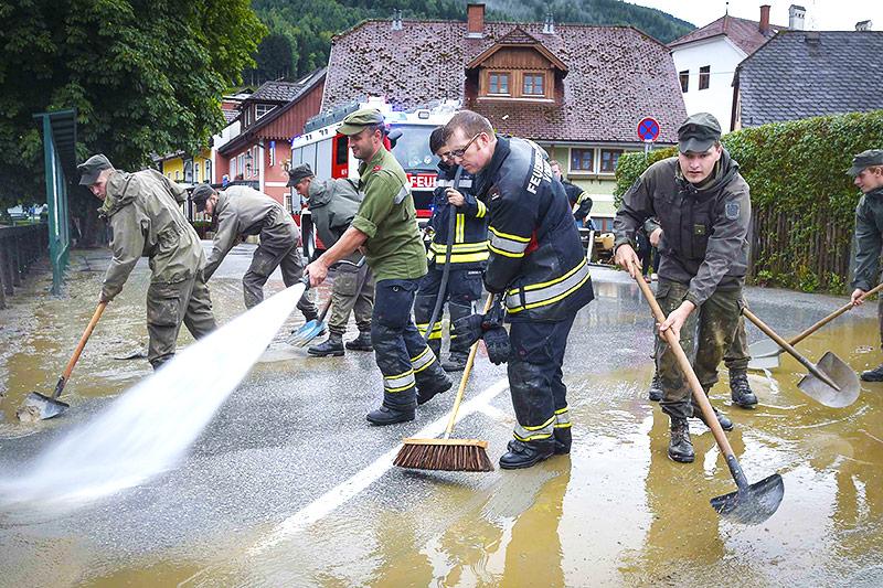 Aufräumarbeiten nach Unwettern in Österreich