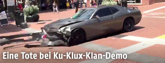 Beschädigtes Auto, das in eine Menschenmenge gefahren ist