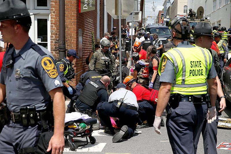 Rettungsteams versorgen eine verletzte Person
