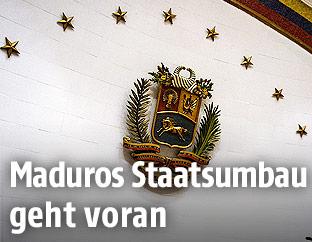 Ein Wappen im Parlamentssaal