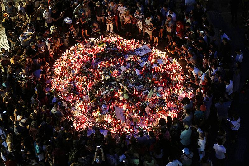 Menschen legen Blumen und Kerzen auf den Platz an dem der Anschlag erfolgte