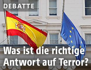 Spanische und EU-Fahne auf halbmast