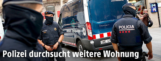 Polizisten sperrene eine Straße