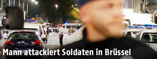 Polizisten sperren Straße ab
