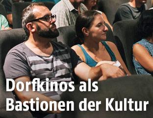 Menschen in einem Kinosaal