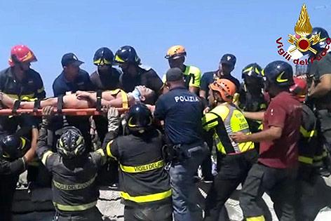 Feuerwehrleute retten ein Kind aus den Trümmern