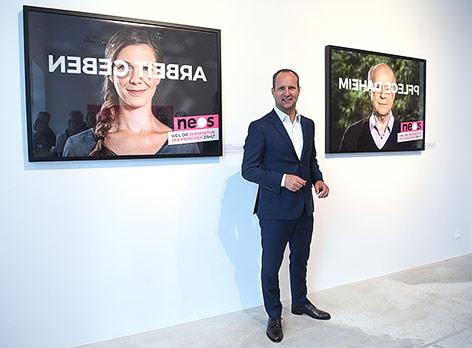 NEOS-Chef Matthias Strolz vor den neuen Wahlplakaten