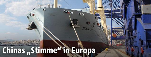 Ein chinesisches Schiff im Hafen von Piräus in Griechenland