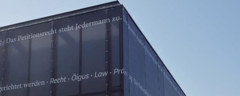Schriftzug über dem temporären Parlamentsbüros auf dem Wiener Heldenplatz, der an die Petitionsrechte der Bürger erinnert.