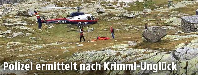 Ein Hubschrauber und Einsatzkräfte im Gebiet der Unfallstelle