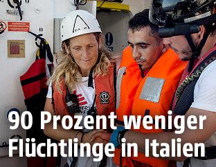 Flüchtling und Helfer auf einem Schiff