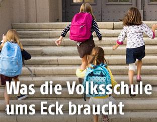 Volksschüler laufen in die Schule