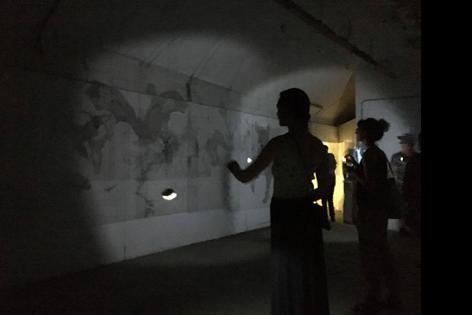 """Besucher beleuchten die Plexiplatten mit dem Tierzeichnungen der Installation """"The Forest"""""""