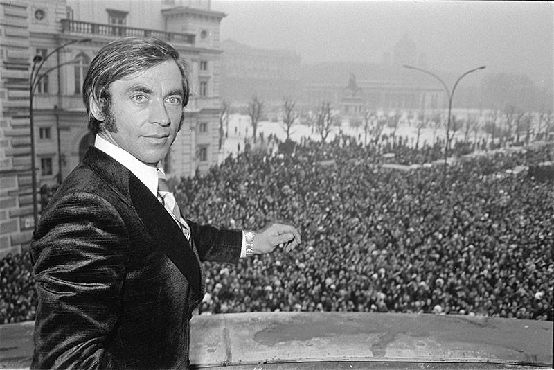 Karl Schranz am Balkon des Bundeskanzleramtes vor einer jubelnden Menschenmenge