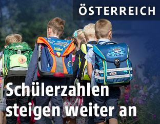 Kinder mit Schultaschen