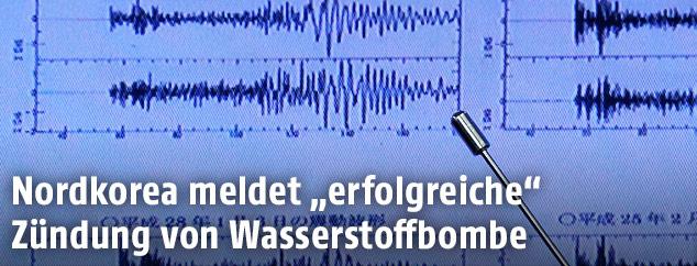 Metereologe zeigt auf seismographische Auswertungen