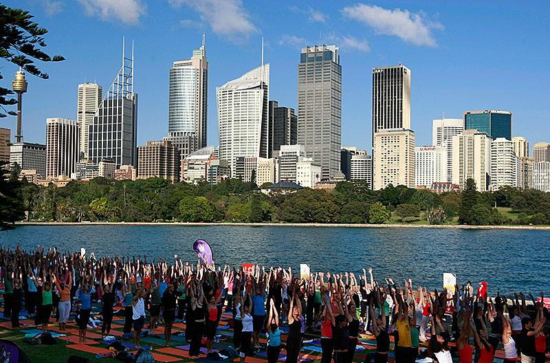 Australier machen Joga vor der Skyline von Sydney