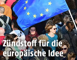 Menschen mit EU-Fahne
