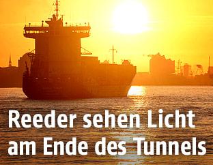 Deutsches Containerschiff im Sonnenuntergang