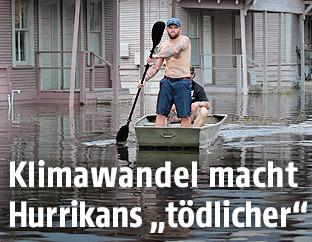 Mann in einem überschwemmten Gebiet